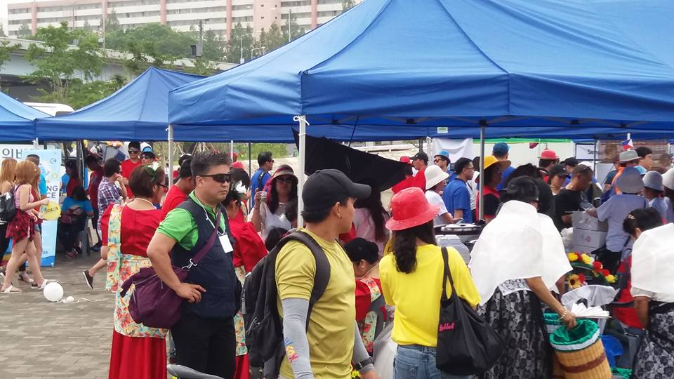 Who knew there were so many Pinoys in Seoul.  Took some time to make my way through the crowd...