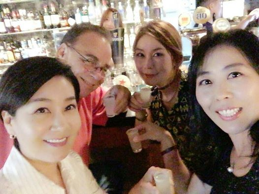 My Commie friend Choonae (right front) treated me, my drinking buddy Hae Young (left front) and my yoja chingu to a birthday.  Yes, I'm lucky.  Get over it.